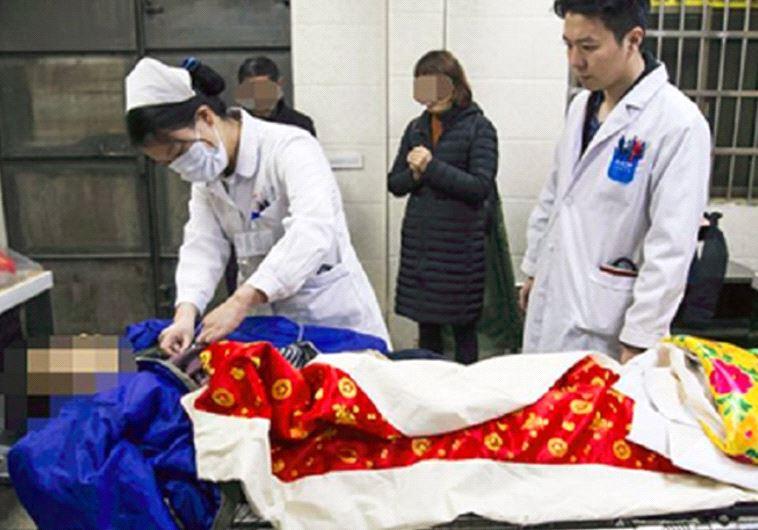חשבה שהוא מת ושלחה אותו לחדר המתים. אשתו של הואנג, לאחר שהוכרז מותו רשמית