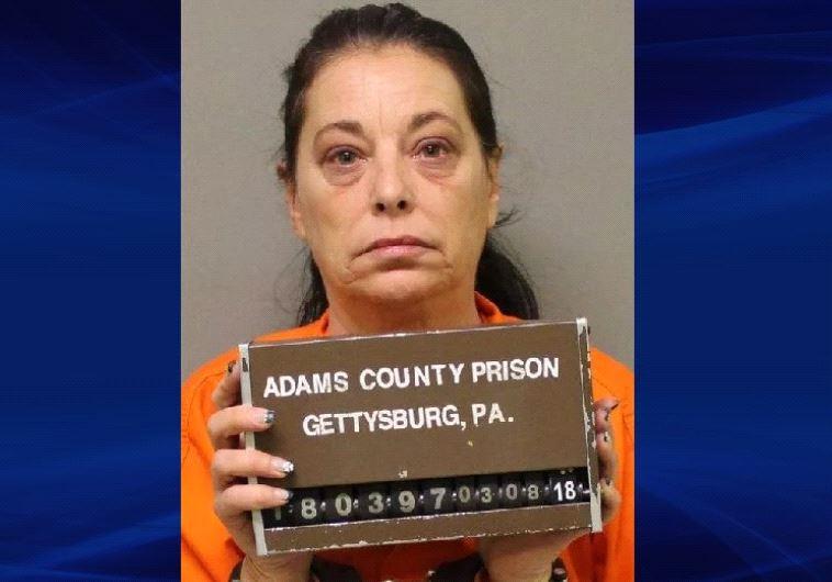 פרצה לבית של המאהב וגנבה כרטיס ברכה וצעצוע מין. קאת'י קלאנק