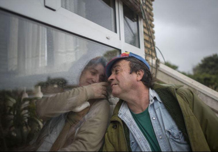 חולמת לחבק שוב את משפחתה. מוניוז ובעלה מתקשרים דרך הזכוכית