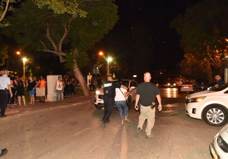 """מעצר מפגינה בהפגנת הורים לילדים אלרגיים. צילום: עמותת יה""""ל"""
